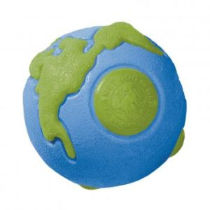 Unsere Erde als weltbester Hundeball: Das preisgekrönte Spielzeug ist schadstofffrei und zu 100 % recyclebar.