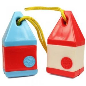 Dieses Wurfspielzeug ist wasserfest, garantiert schadstofffrei und hat innen auch noch Platz für Leckerlis.