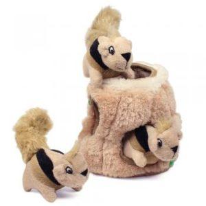 Die kuscheligen Eichhörnchen können im Stamm versteckt werden. In verschiedenen Größen erhältlich